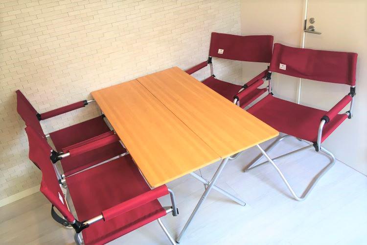 バンブー調のテーブルと赤いチェアのセット(4人用)