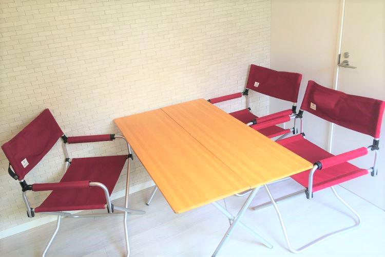 バンブー調のテーブルと赤いチェアのセット(3人用)